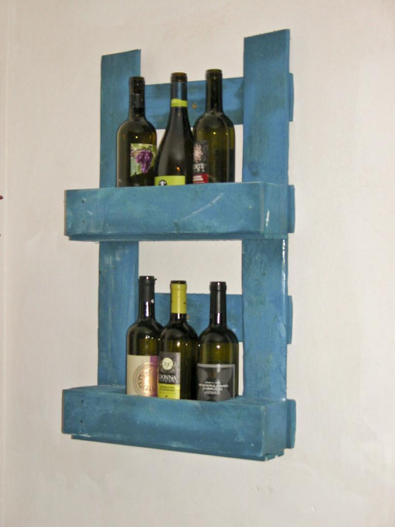 Porta bottiglie verticale fatto con pallet