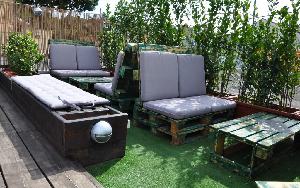Divano con pallet mobili in pallet - Arredamento esterno bancali ...
