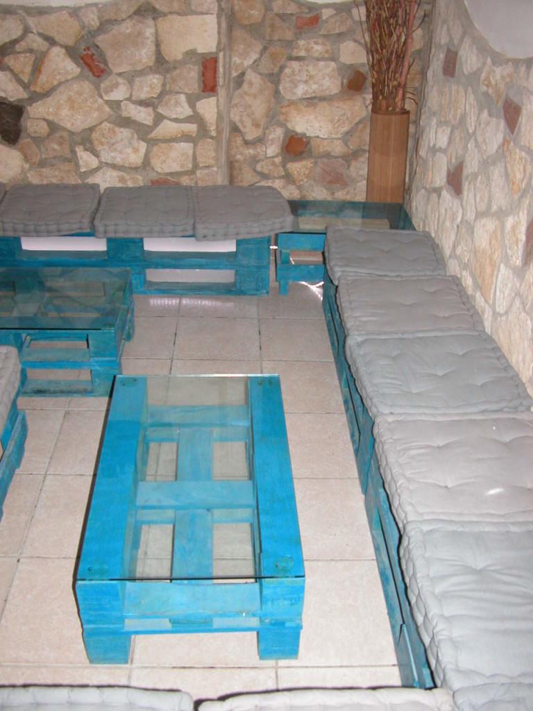 Tavolo basso rettangolare in pallet blu con ripiano in vetro