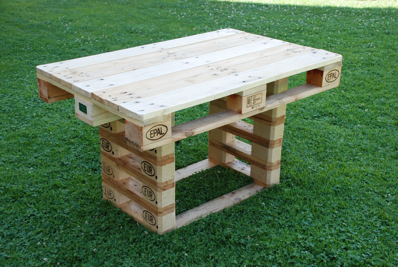 Tavoli per giardino mobili in pallet for Tavolo da fumo fai da te