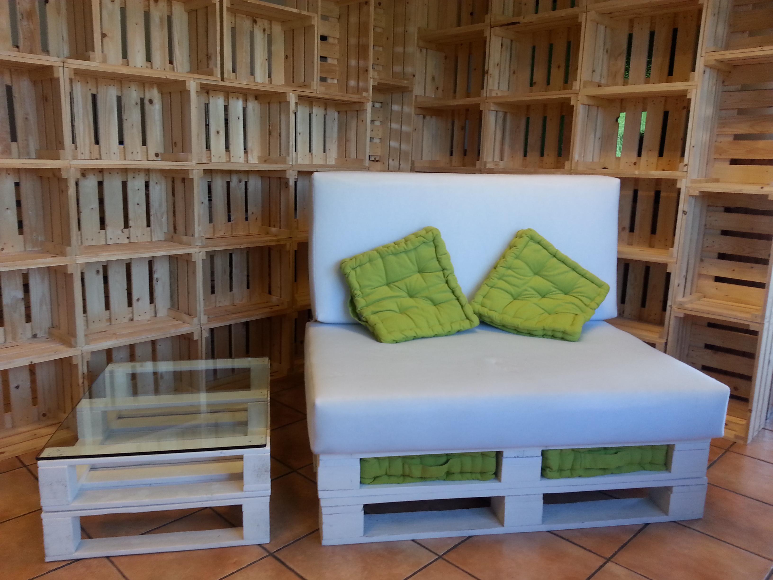 Sedie per la casa mobili in pallet for Parete attrezzata con divano