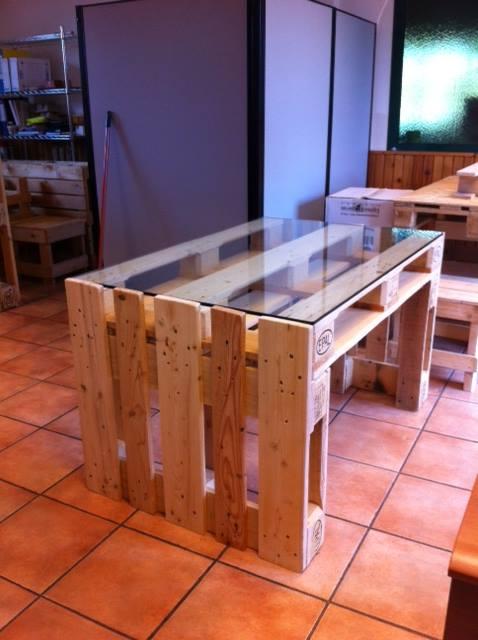 Tavoli in pallet con ripiano in vetro COD. TAV01S