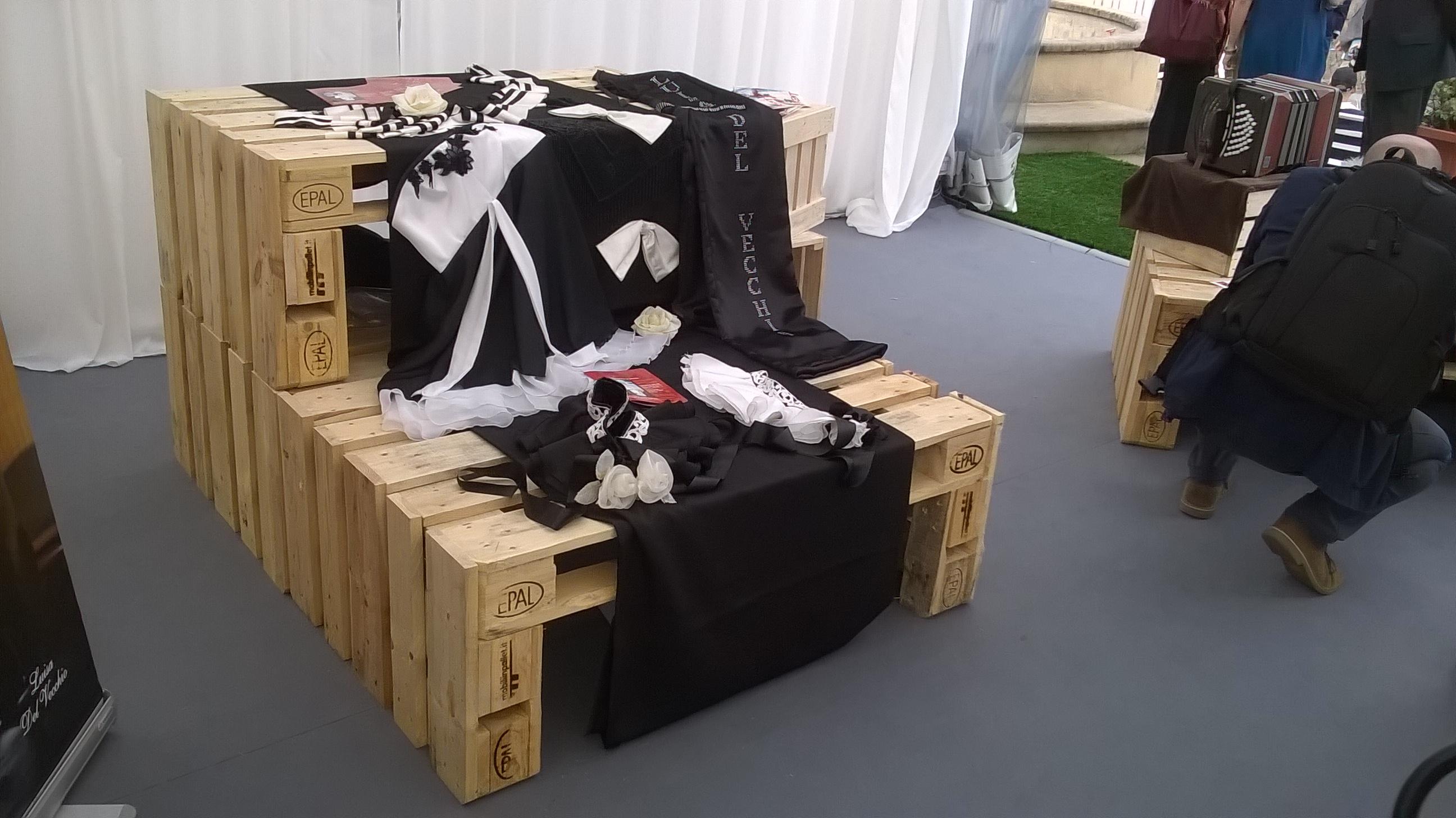 Arredo negozio abbigliamento mobili in pallet for Negozi mobili da giardino milano