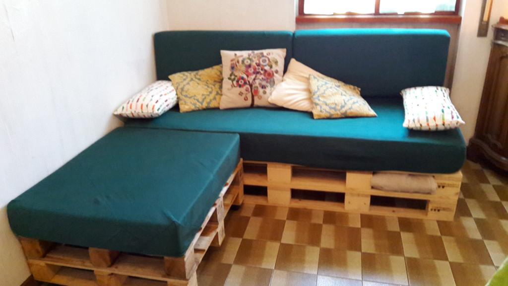 Come realizzare un divano con i pallet mobili in pallet - Mobili con bancali di legno ...