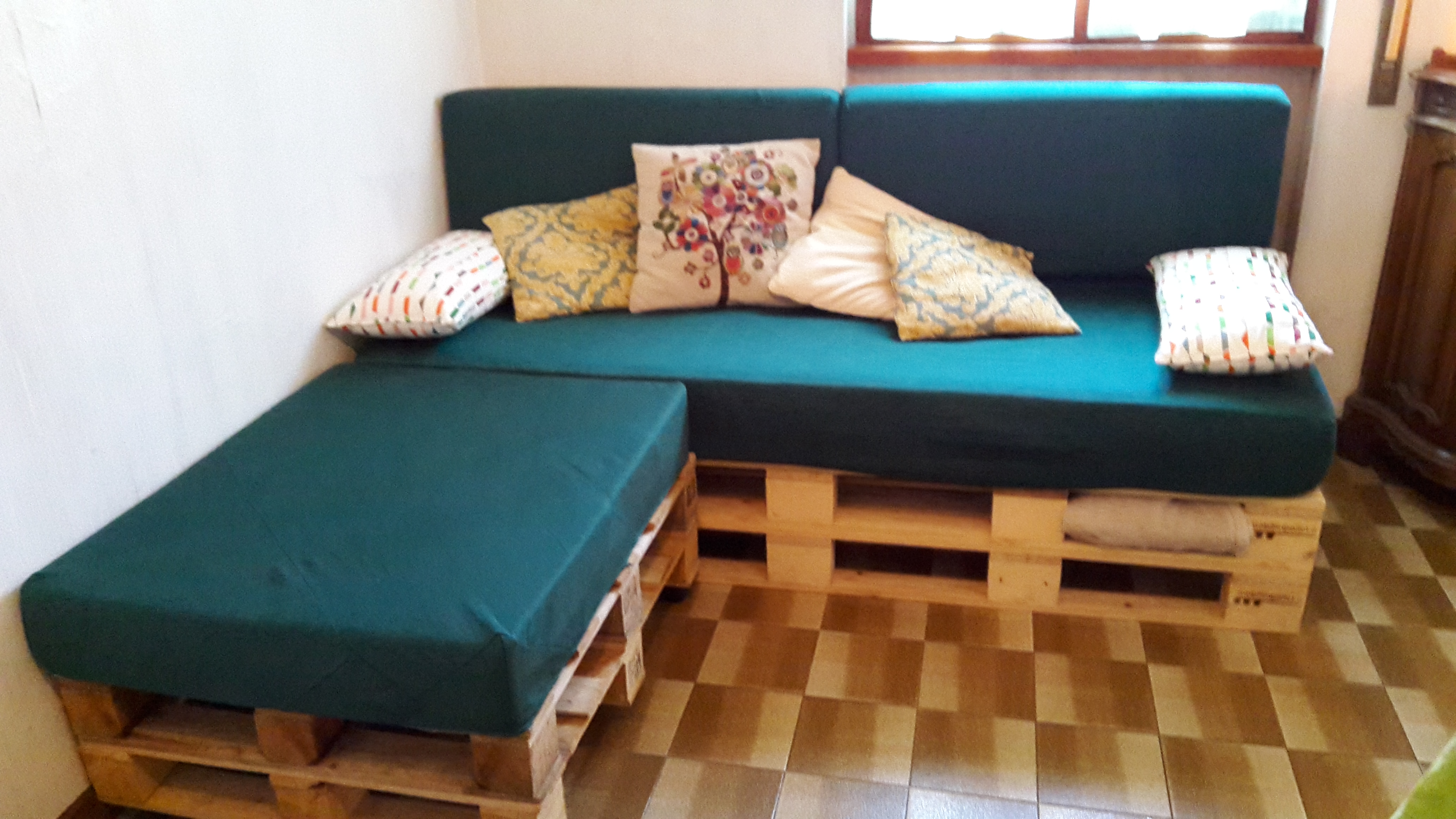 Come realizzare un divano con i pallet mobili in pallet for Mobili per divani