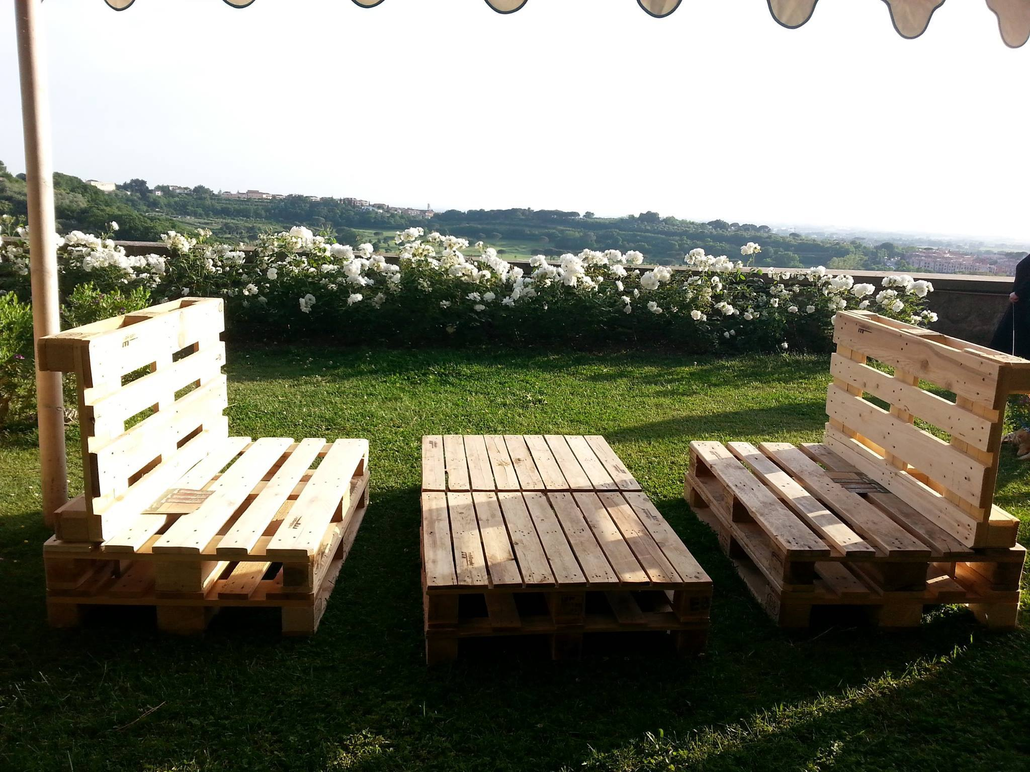 Come realizzare un divano con i pallet mobili in pallet - Arredamento esterno bancali ...