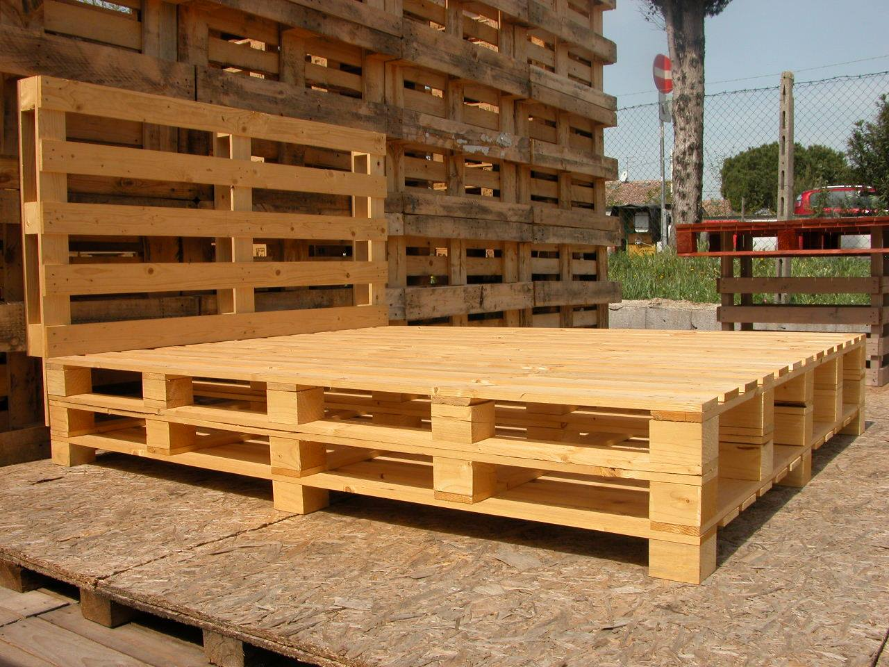 Letto in pallet 2 piazze piedi bassi mobili in pallet - Letto singolo pallet ...