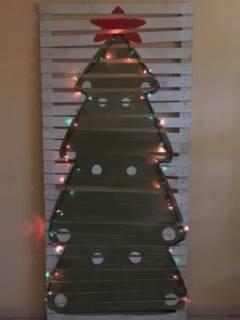 Albero di Natale in palletilluminato di Mobiliinpallet.it